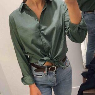 Skjorta från h&m i jättefin grön färg, skönt material. Har efter en användning tyvärr bara hängt i garderoben så säljer därför vidare den! Köparen står för frakt 🌱