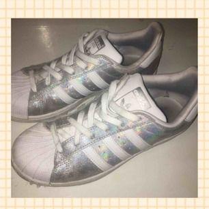 Holographic superstar adidas sneakers som är använda ca 5 gånger. Frakt ingår.