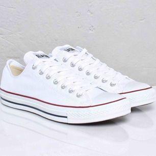 Låga vita converse i fint skick! Endast använda några få gånger pga har andra skor som jag trivs bättre i :)  Kan sänka priset vid snabb affär och skicka egna bilder på begäran (är ej hemma nu därav tagen bild på nätet)