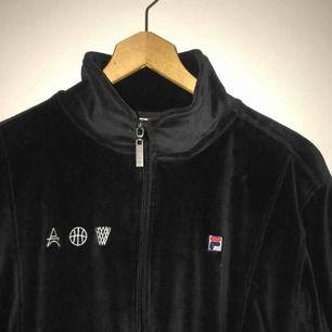FILA tröja, använd 1-2 gånger, asgo och snygg! FRI FRAKT