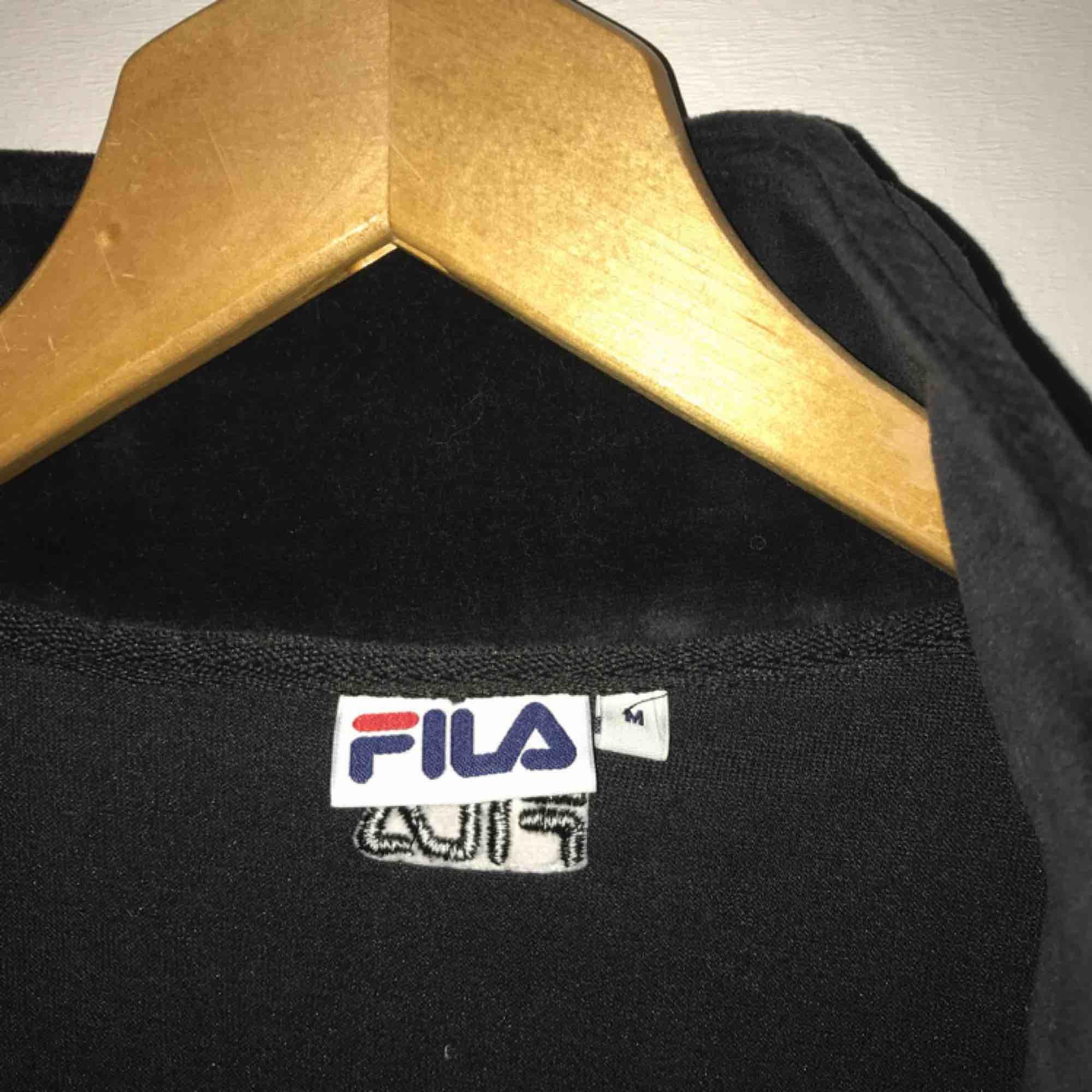 FILA tröja, använd 1-2 gånger, asgo och snygg! FRI FRAKT. Huvtröjor & Träningströjor.