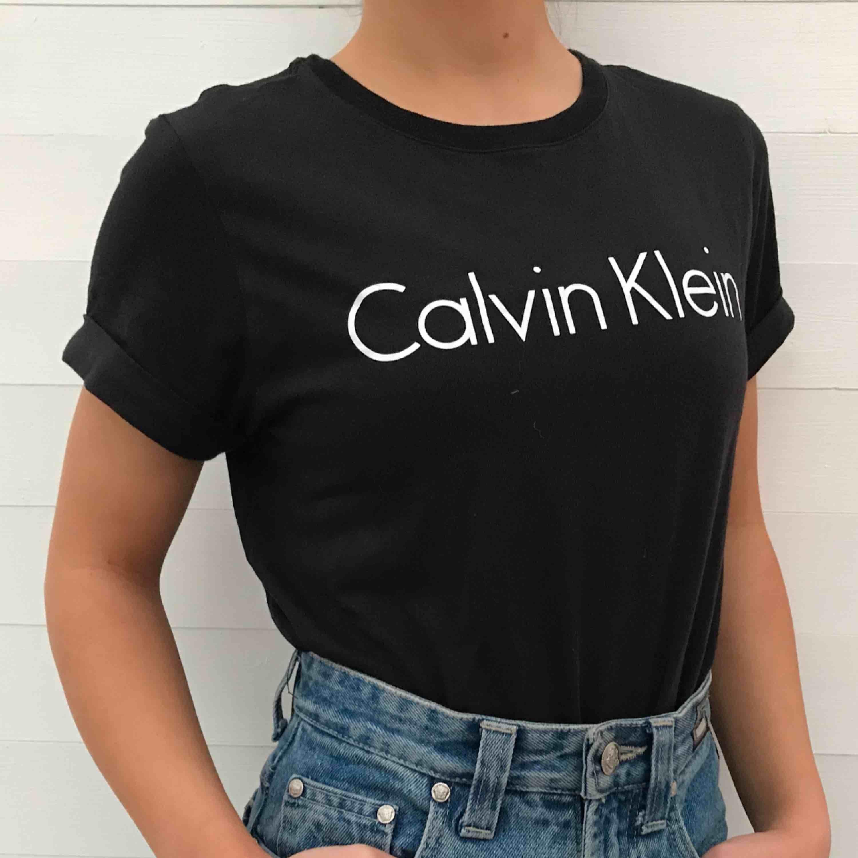 Skön t-shirt inköpt på äkta Calvin Klein butik i Miami i våras. I princip oanvänd så mycket bra skick! Ärmarna är lite uppvikta som på bilden. Kan mötas upp i Karlstad, annars står köparen för frakt 🌻. T-shirts.