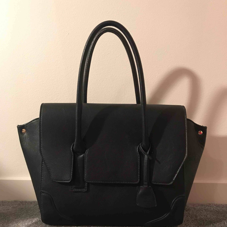 Svart väska från hm. Använd men i nyskick. Köparen står för frakt. . Väskor.