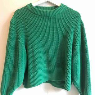 Stickad grön tröja från Monki i storlek M. Använd ca 4 gånger, hund finns i hemmet. Köparen betalar frakt.