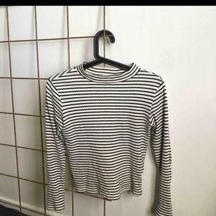En snygg tröja som passar bra till hösten. Den är ribbad med lite högre krage och öppen rygg. Från Cubus barnsektion, men funkar jättebra för XS och mindre S. (146-152). Möts och fraktar