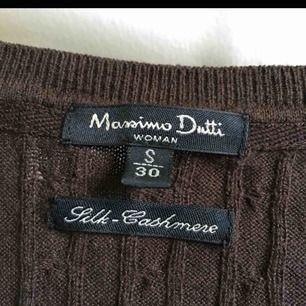 En jätteskön stickad/ribbad tröja från Massimo Dutti. Den är mörkbrun och perfekt för hösten! Möts upp och fraktar. <3