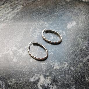 Superfina hoops i oval modell med typ prickig struktur på framsidan. De är i äkta silver och i princip i nyskick! Älskar de men måste sälja för att de mest ligger då jag använder annat dagligen.