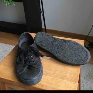 Ett par skor från märket Superga. Stl 39 men sitter rätt nära foten, passar någon runt 38-39. NYRPIS: 699,00kr! Säljs för att dem är tyvärr för stora på mig :/ (finns fler bilder, fråga!)