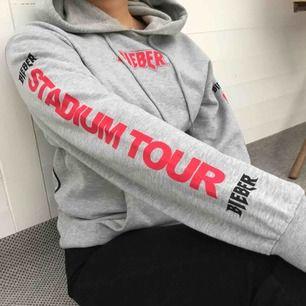 Oanvänd Purpose Tour hoodie i herrstorleken XS, älskar trycket på ryggen! Säljer då den tyvärr är lite för stor på mig, min kompis på bilden har vanligtvis damstorlek S och hoodien passar bra på henne. Köparen står för frakt❣️