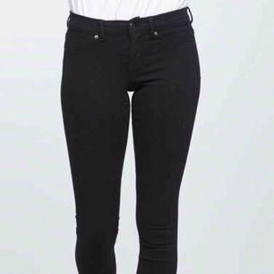 """Ett par svarta low waisted jeans från ginatricot i modellen """"Alex"""". Använda 2 gånger. 170 kr inkl frakten!!!!"""
