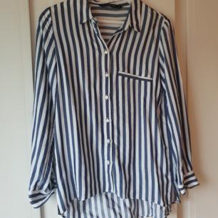 Marinblå/vit skjorta från Zara! Passar även M.
