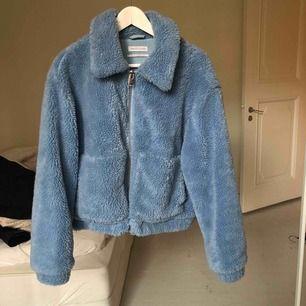 Denna ljusblåa fluff jacka är köpt på urban outfitters i Los Angeles. Inköpspris 80$ säljes för 450kr.