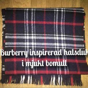 En väldigt fin och mjuk halsduk i kortare längd. Burberry inspirerad med  det fina mönstret f35f0e338f2f3