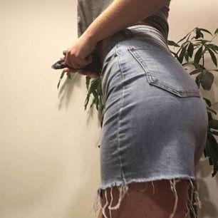 Ljusblå jeans kjol från Pull and Bear som är snygg till både rött och vitt! För frågor dm, svarar så fort som möjligt❤️ köparen står för frakt och jag tar swish💕☀️