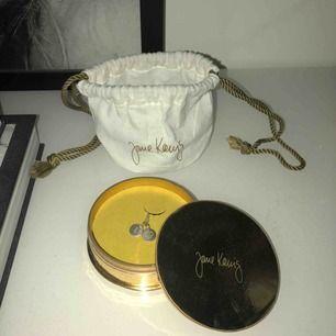 Säljer mitt Jane kønig halsband med 2 st lovetags som dom kallas. Ordinarie pris för ett halsband och två lovetags ligger på 1005 kr. Man får lådan och påse med. Köparen står för frakt. Vill nu veta mer om Jane kønig får NI titta på hennes hemsida.
