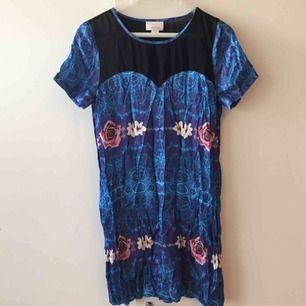 Oanvänd klänning i storlek S från Monki designad av Ida Sjöstedt.