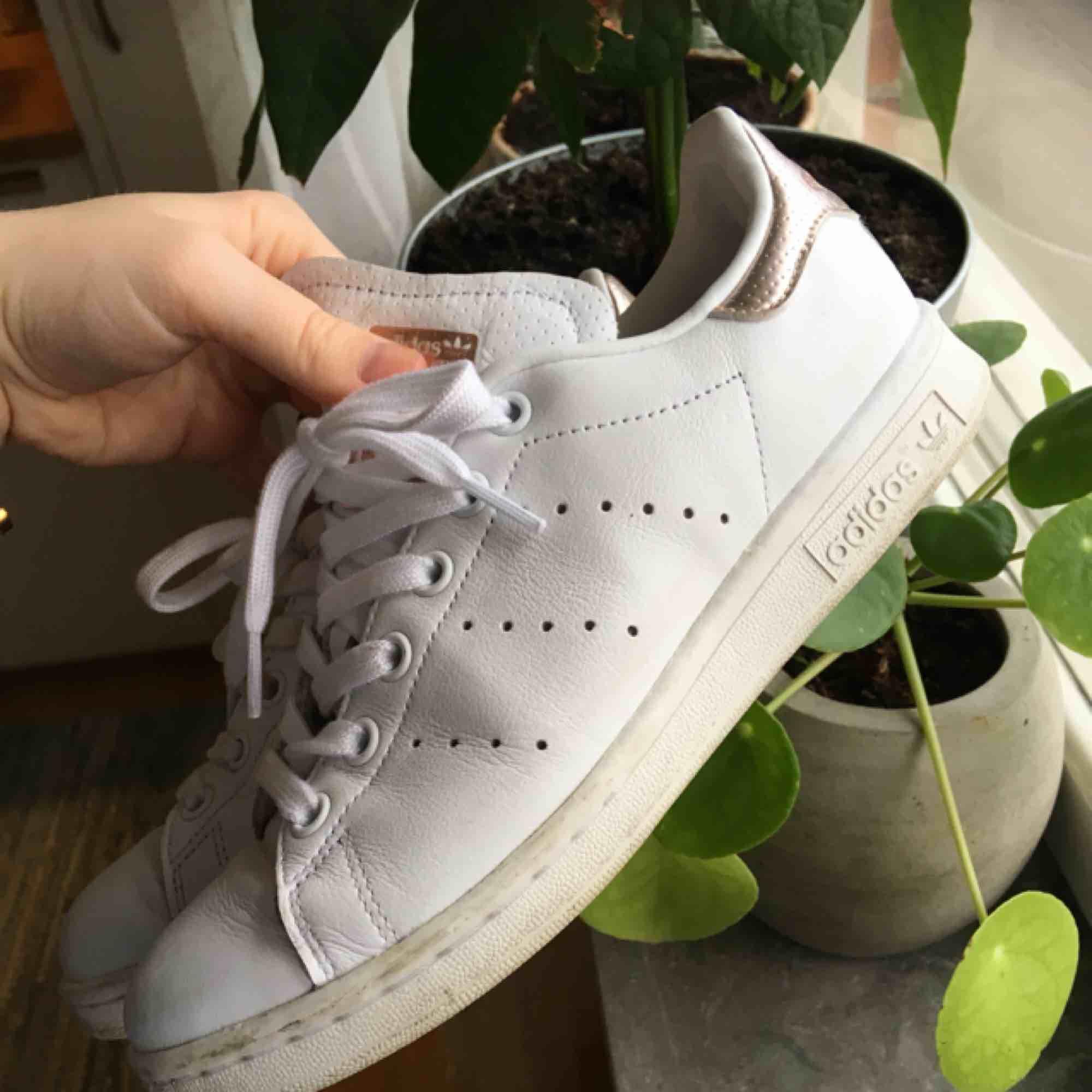 Sjukt snygga och unika Stan Smith roséguld💗  Köpta för 900kr, använda ett fåtal gånger och tyvärr får skor ganska snabbt lite fläckar vid användning. Men om man är sugen på ett par bra, snygga och billigare skor så är dessa perfekta!  250 inkl frakt!. Skor.
