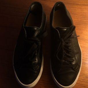 Sneakers i svart skinn ifrån Filippa K. Jättefint skick. Storlek 39. Säljes för 500kr och då bjuder jag på fraktkostnad :)