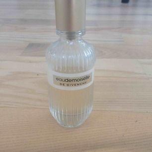 Feminin klassisk parfym från franska Givenchy. Uppskattar att det är 75% kvar, se bild 2.  Ord pris ca 550-650kr.