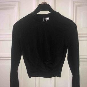 Superfin tröja från H&M med en sorts knytning på framsidan. ALDRIG använd helt nyskick Frakt = 42kr