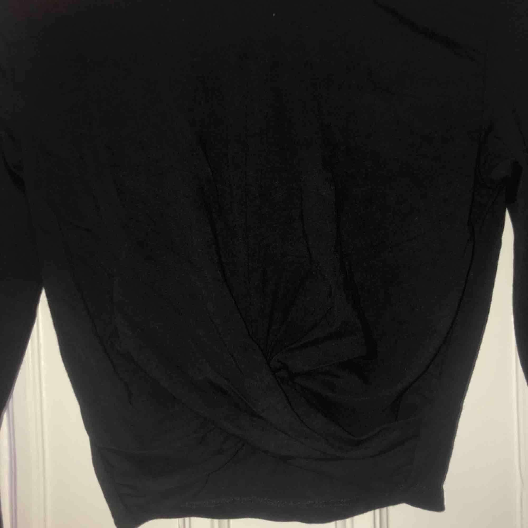 Superfin tröja från H&M med en sorts knytning på framsidan. ALDRIG använd helt nyskick Frakt = 42kr. Toppar.