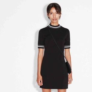 Säljer finaste klänningen ifrån Monki! Storlek XS men passar nog S också. Använd ett fåtal gånger, så den är så gott som ny💕Bild 1 är från Monki. Priset är exkl. frakt
