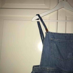 Jeansplagg från Behrska, kan användas som topp/klänning beroende på hur man vill att den sitter