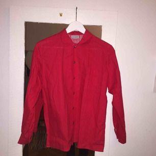 säljer min suuperfina marimekko-skjorta för att den använda för lite. Röd/rosa randig m knappar o ficka! Det står inte ngn storlek men skulle gissa s!
