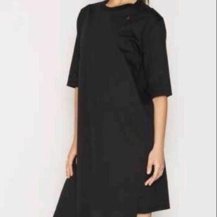 Helt ny endast prövad! Asymetrisk t-shirt klänning från Svenska designern Ann-Sofie BACK.  Svår får tag i, ev slutsåld!  Nypris drygt 1000kr  Storlek 36/small 100% bomull.   Perfekt julklapp.  Bild 1 lånad för att visa modellen