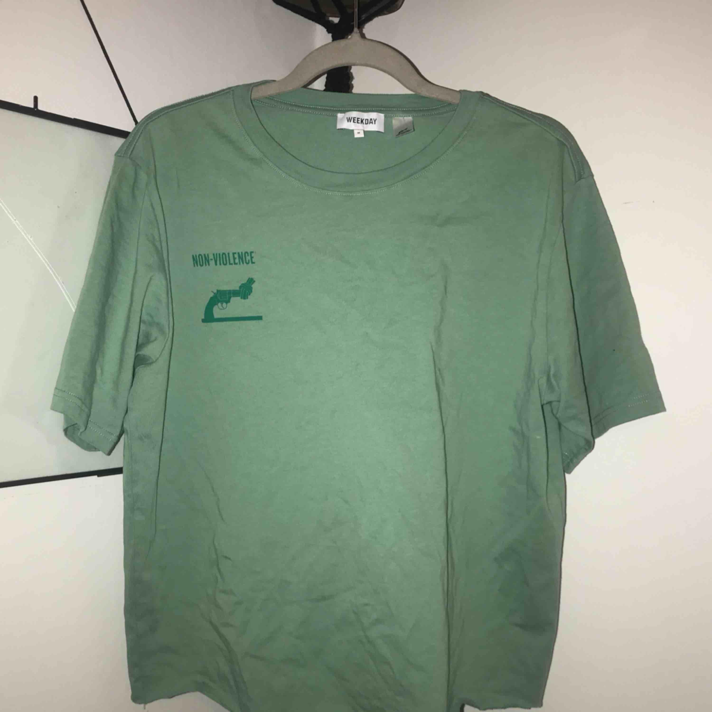 avklippt t-shirt från weekday x non violence (slutsåld)  kan mötas upp i jönköping vardagar, annars säger köparen för frakten!. T-shirts.