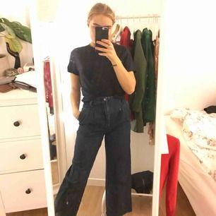 Jeans från Zara i strl XS. Tighta i midjan och över  rumpan men nedåt benen så är de väldigt lösa. Supersnygga men kommer inte till användning.
