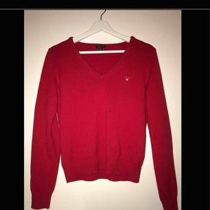Röd Gant tröja i fint skick. Säljer för att jag inte använder den🤪