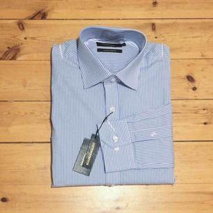 Helt NY Premium Collection Slim Fit skjorta i högkvalitativ bomull. Manschetter med två knappar, kan användas med manschettknappar. Nypris 599kr  Har Swish. Kan skickas. Rökfritt & djurfritt hem.
