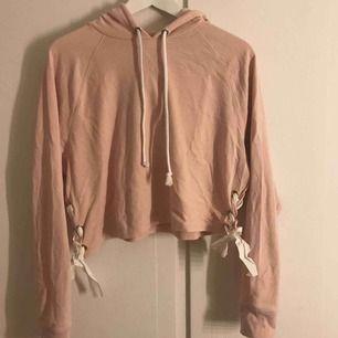 Säljer en rosa magtröja med snörning på båda sidorna, väldigt fint skick. Köparen står för frakt.