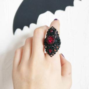 Häftig svart gotisk ring med röda stenar! 🌹 I mycket bra skick! Man kan reglera ringen så den passar flera storlekar. ☺️  svårt att få ringen rättviat på bild men är så mke finare i verklighet!! Fri frakt! 💌