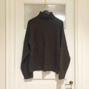 Helt NY stickad tröja i khaki/grön ton med 80% lammull. Polokrage.  Har Swish. Kan skickas. Rökfritt & djurfritt hem.