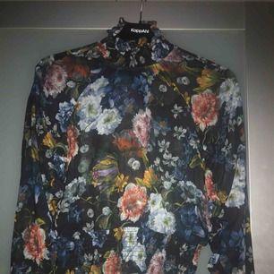 Blommig blus från h&m  Köparen betalar frakten 💌