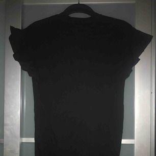 Lång t-shirt med volangärm från h&m trend. Köparen betalar frakten 💌