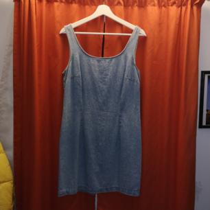 Säljer en skitsöt jeansklänning som inte kommer till användning! 👾 Jättefin att ha över tex en polo tröja!  Frakt 30 kr!