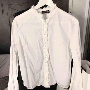 Vit skjorta / blus med vida ärmar i storlek S. Använd vid ett tillfälle.  OBS. Köpare står för eventuell fraktkostnad🌙