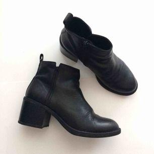 Jättesköna boots i äkta läder. Storlek 35 och perfekta för både festligheter och vardag! Möts i Gbg eller postar mot fraktkostnad
