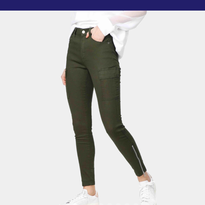 Sprillans nya byxor från Dr. Denim. Ingår inte i erbjudandet jag lagt upp på tidigare bild. Köpare står för frakt🌸. Jeans & Byxor.