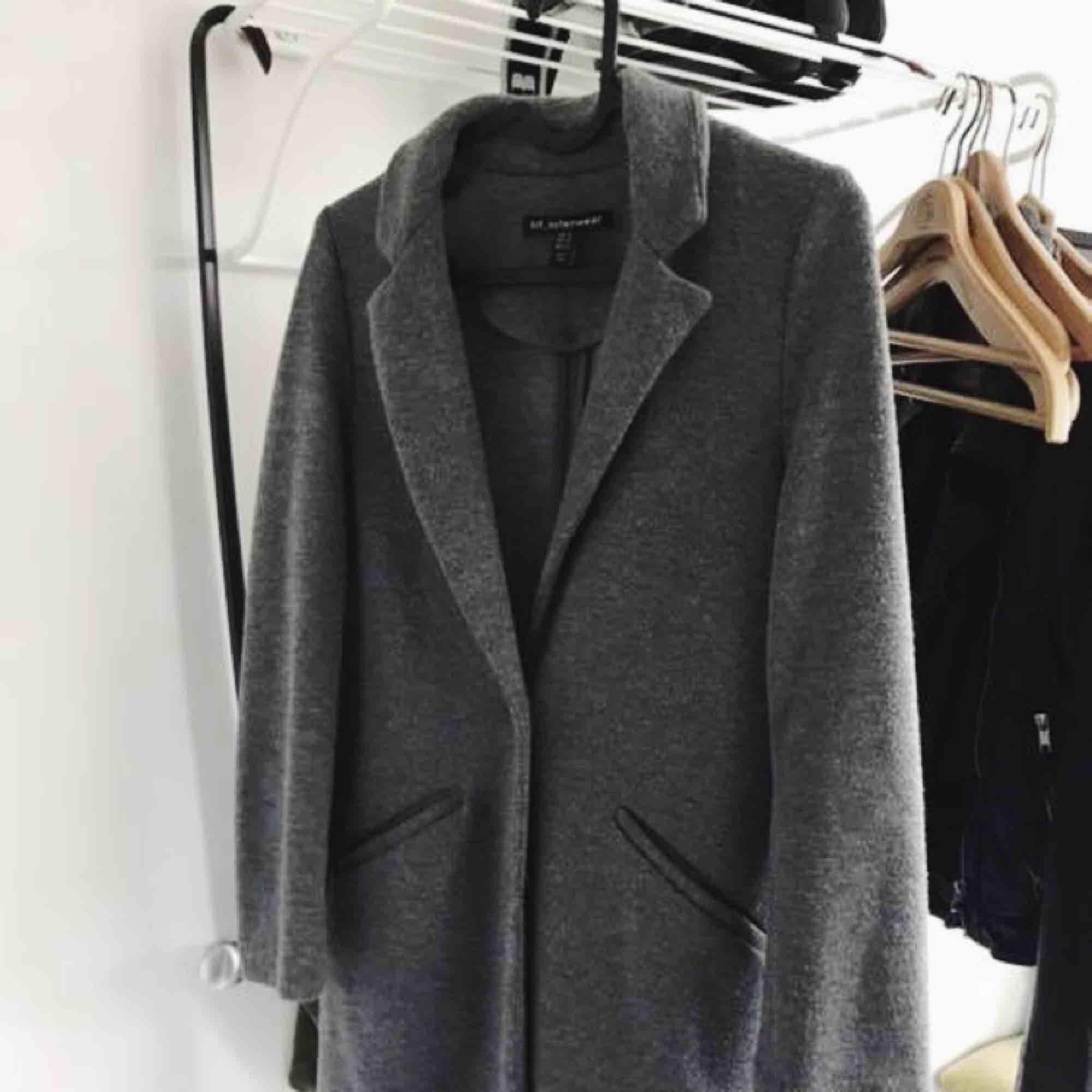 Superfin kappa från Zara i storlek XS. Skitsnygg till en hoodie eller bara vad som helst. Sparsamt använd men lite nopprig och därav det låga priset. Frakt betalas av köpare, pris kan diskuteras 💫. Jackor.