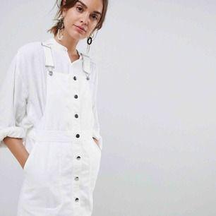 Populär hängselklänning från MANGO. Storlek S. Vit.  Köpare står för eventuell fraktkostnad⚡️