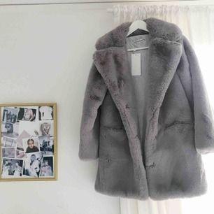 En grå faux fur jacka från Chiquelle i storlek M/L. Måste understryka att den tyvärr har några slitningar i innerfodret, bl.a. i fickorna. Nypriset var 1099 SEK men p.g.a slitningar sätter jag priset på 150 SEK. Vid betalning: möts upp, tar endast Swish.