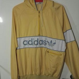 Sinnessjukt snygg adidas original gul hoodie. Storleken har blivit utsuddade men gissar på storlek M.