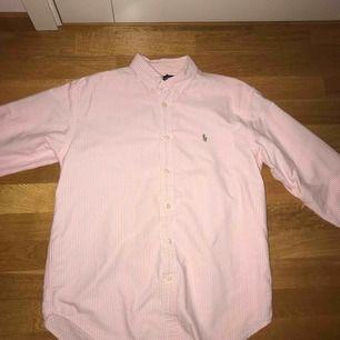 Äkta Ralph lauren skjorta i strl XS.Normal i storleken. Säljes för 150 kr, köpare står för frakt.
