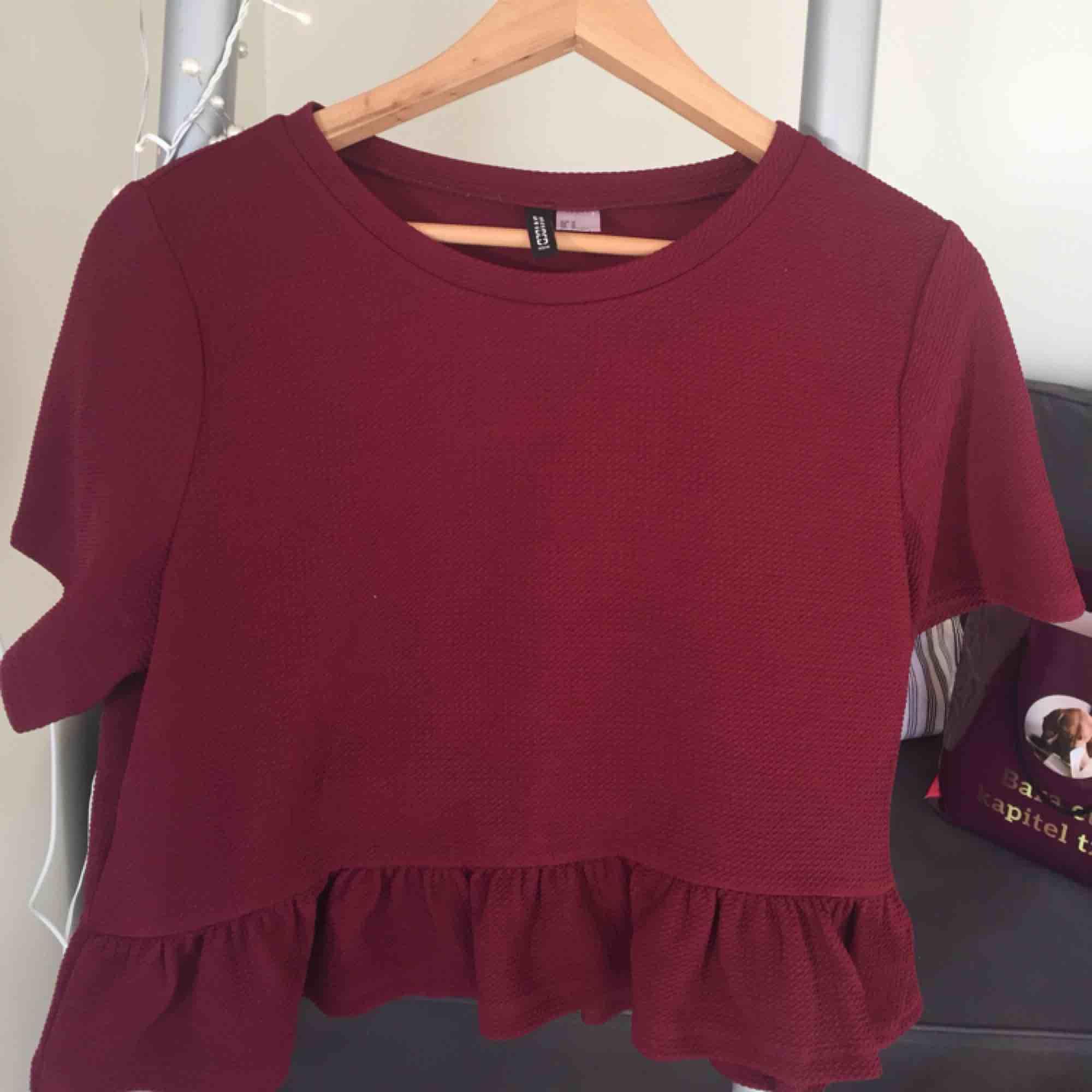 Jättefin vinröd tröja! Jättefin färg till hösten och nästan oanvänd! Har volanger nedtill. Passar även s.. Toppar.
