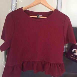 Jättefin vinröd tröja! Jättefin färg till hösten och nästan oanvänd! Har volanger nedtill. Passar även s.