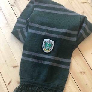 Jättefin Harry Potter halsduk. Nypris ca 500kr säljer för 250kr